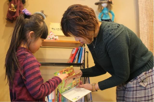 絵本を読む子供の写真